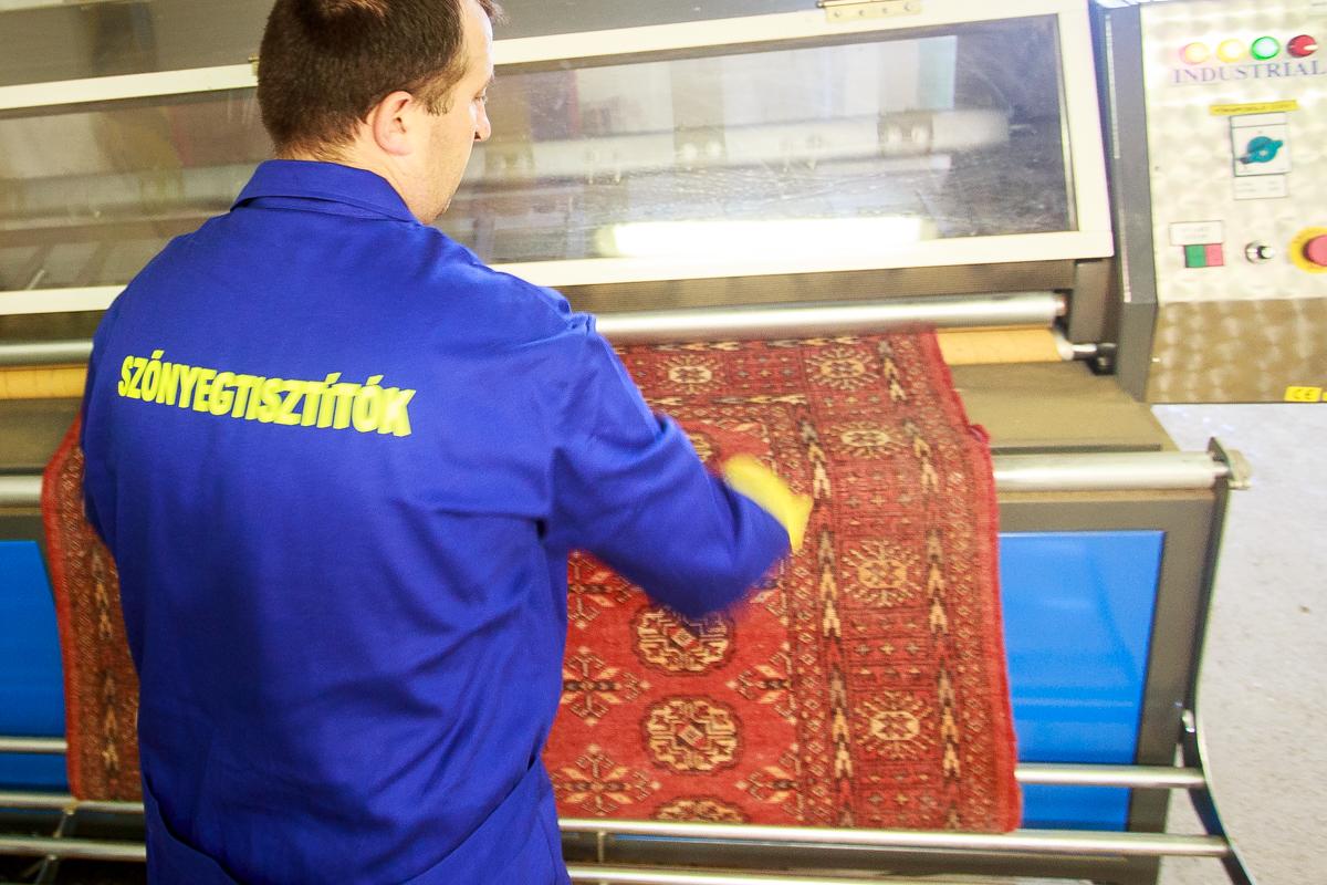 Fakó színnel bemegy a szőnyeg a portalanítóba