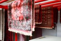 Erős páraeltávolító géppel ellátott szárítószobában száradnak a szőnyegek.